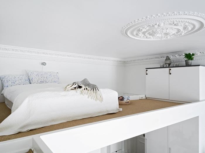 mezzanine petit espace déco minimaliste linge de lit blanc jeté franges meubles bois blanc
