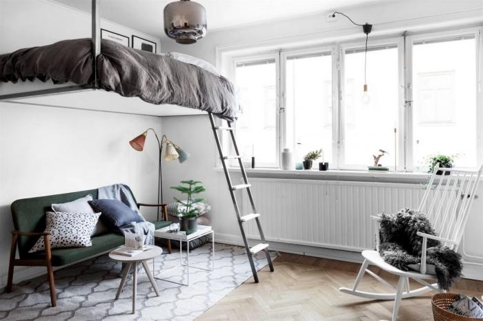 mezzanine suspendue canapé vert foncé pieds bois tapis scandinave blanc motifs géométriques
