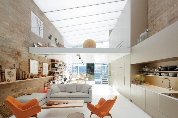 mezzanine suspendue fauteuils orange canapé blanc ivoire agencement cuisine en longueur