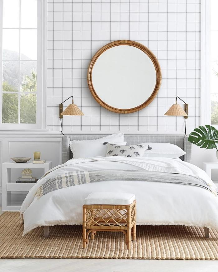 miroir au dessus du lit rond cadre bambou grillage fer lampe paille tabouret rotin tapis jute monstera plant