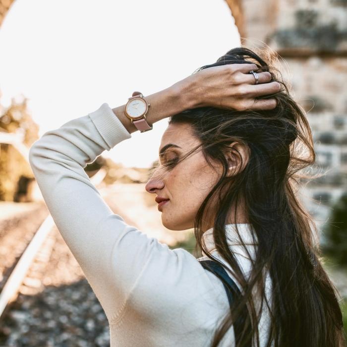 mode femme style tenue blouse blanche montre rose minimaliste femme cadran bois