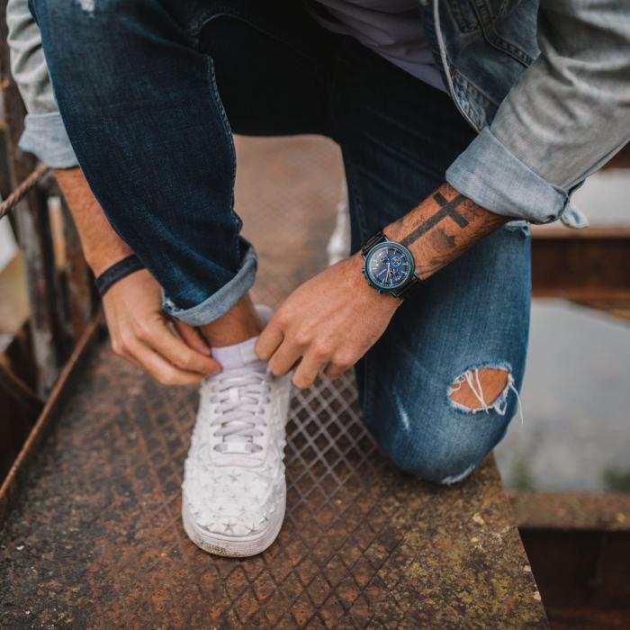 mode homme baskets blanches jeans déchirés montre bois cadre noir bijou mode homme