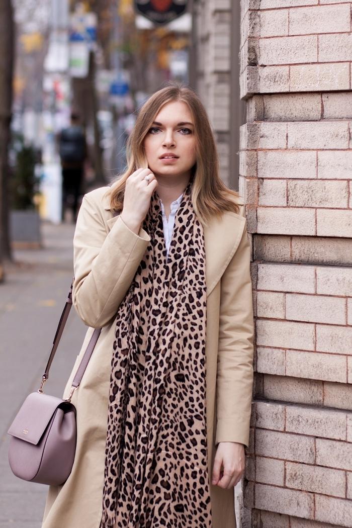 motif léopard dessin mode écharpe longue imprimés animaliers manteau long beige sac bordeaux