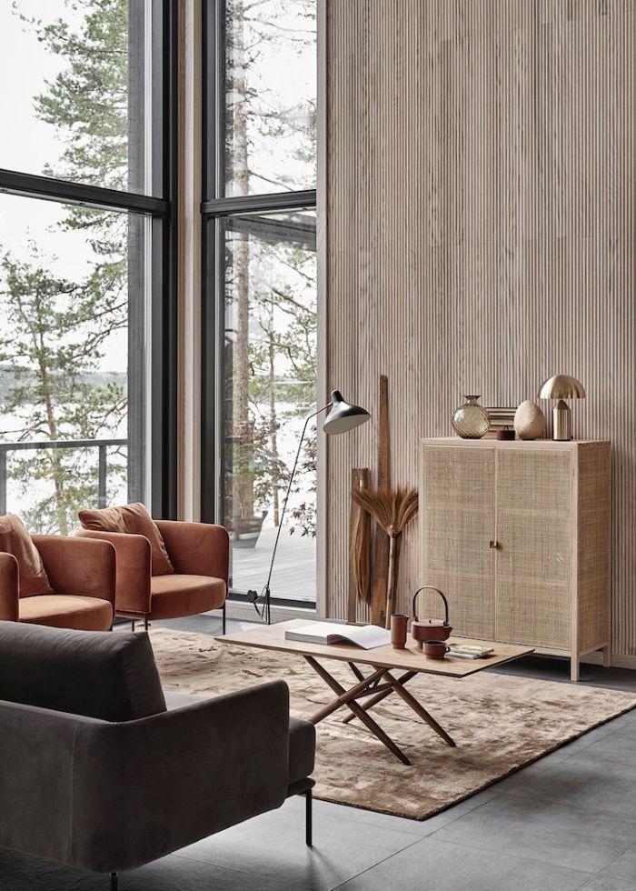 murs de bois tapis fauve meuble cannage canapé gris fauteuils de cuir sol carrelage gris grands miroirs salon japonais japandi
