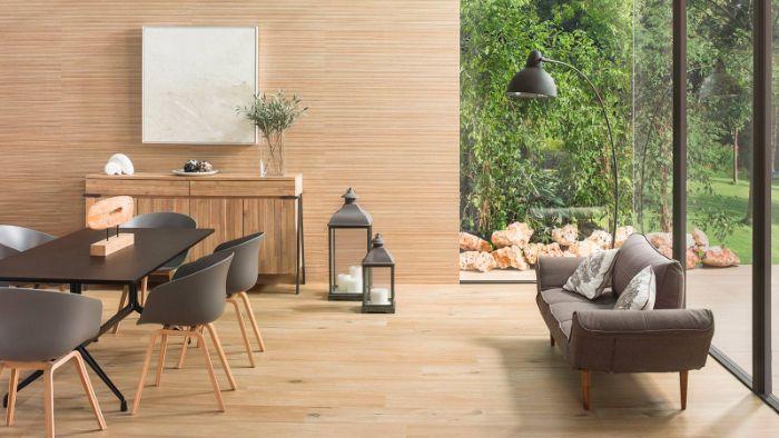 murs et parquet bois clair chaises scandinaves grises et canapé scandinave verrière vue vers extérieur zen japandi