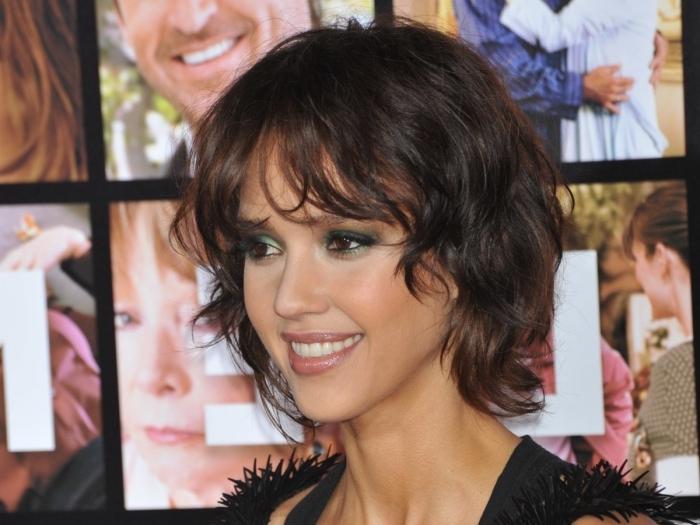 nouvelle coupe de cheveux femme 2021 jessica alba idée cheveux courts célébrité robe noire