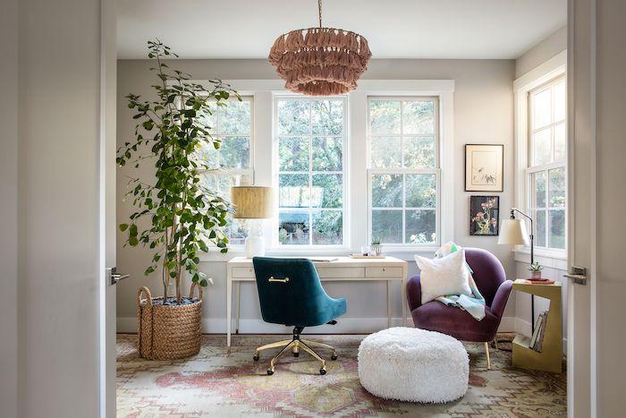 objet tendance 2021 des chaises en velours un bureau blanche et une plante verte en pot tissé