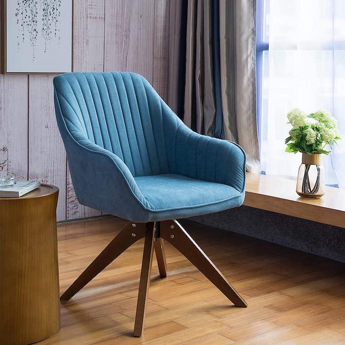 objet tendance 2021 une chaise bleu en style classique près de la fenetre sur un sol en planches