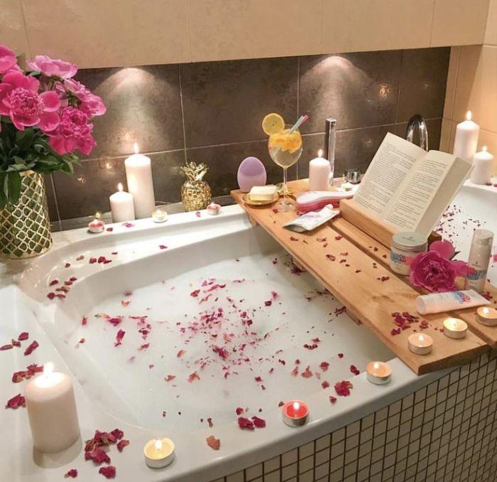organiser une soirée cocooning spa maison baignoire pétales de roses o=bougies pont de baignoire lecture cocktail