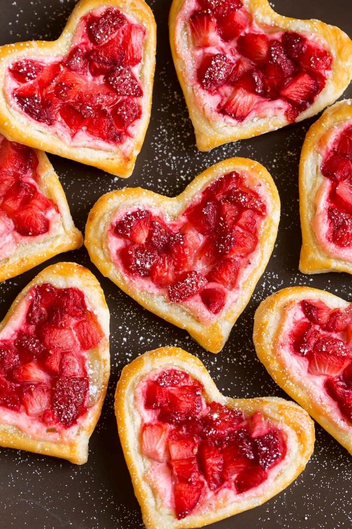 pâte feuilletée petit déjeuner image contifure fraises recette coeurs pâte sucré sucre en poudre