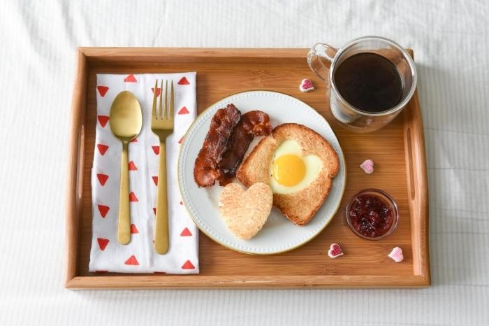 pain doré oeuf en forme de coeur avec emporte pièce image de petit déjeuner tasse de café