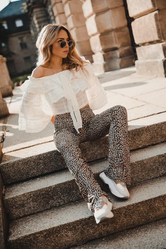pantalon leopard taille haute baskets blanches style vestimantaire femme top blanc épaules dénudées