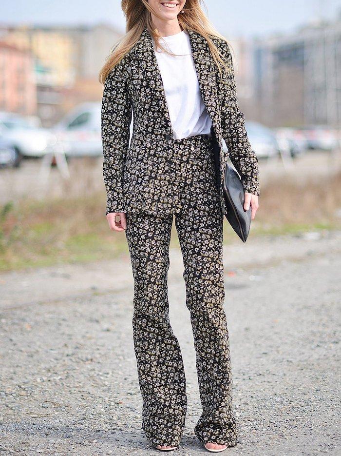 pantalon tailleur femme aux imprimés combiné avec une blouse blanche et un clutch