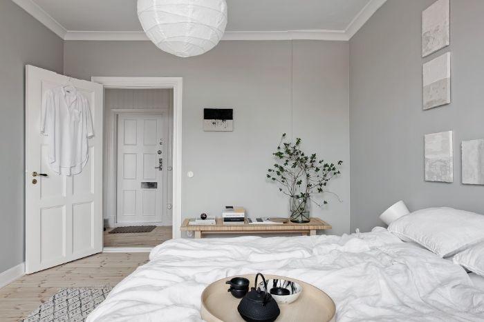 parquet bois clair linge de lit blanc decoration minimaliste banc de bois vaisselle orientale dans chambre japonaise
