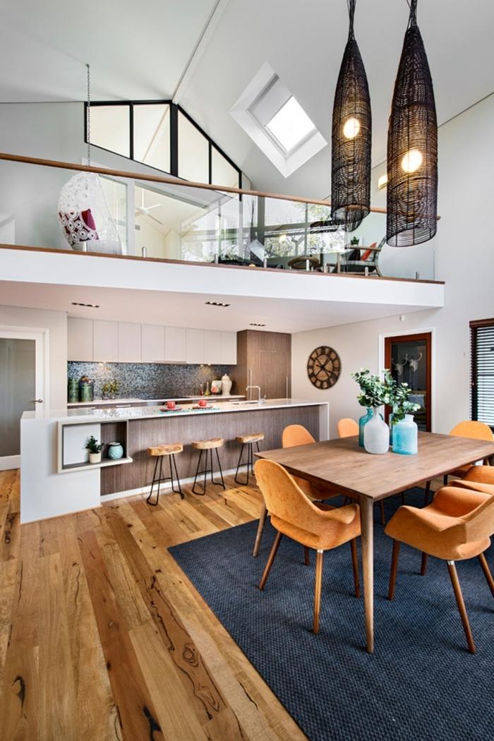 parquet bois table à manger chaises velours orange mezzanine loft tapis bleu foncé chaise oeuf blanche