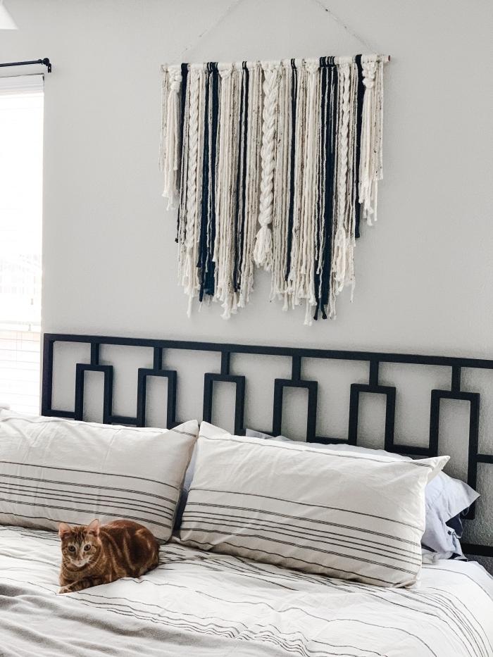 peinture blanche tête de lit originale décoration murale chambre suspension cordes macramé coussins