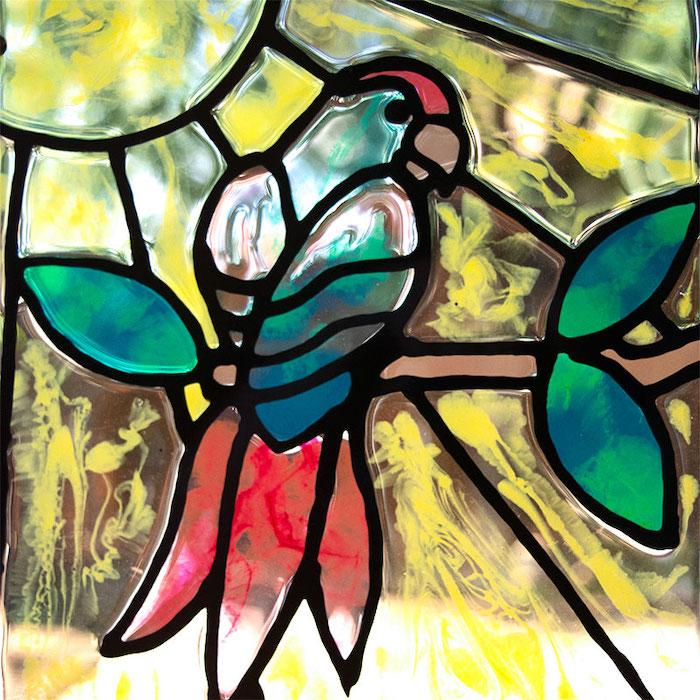 peinture du verre sans cuisson un perroquet multicolore au fond jaune avec de l epoxy