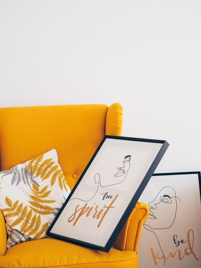 peinture murale artistique salle de sejour avec canape jaune