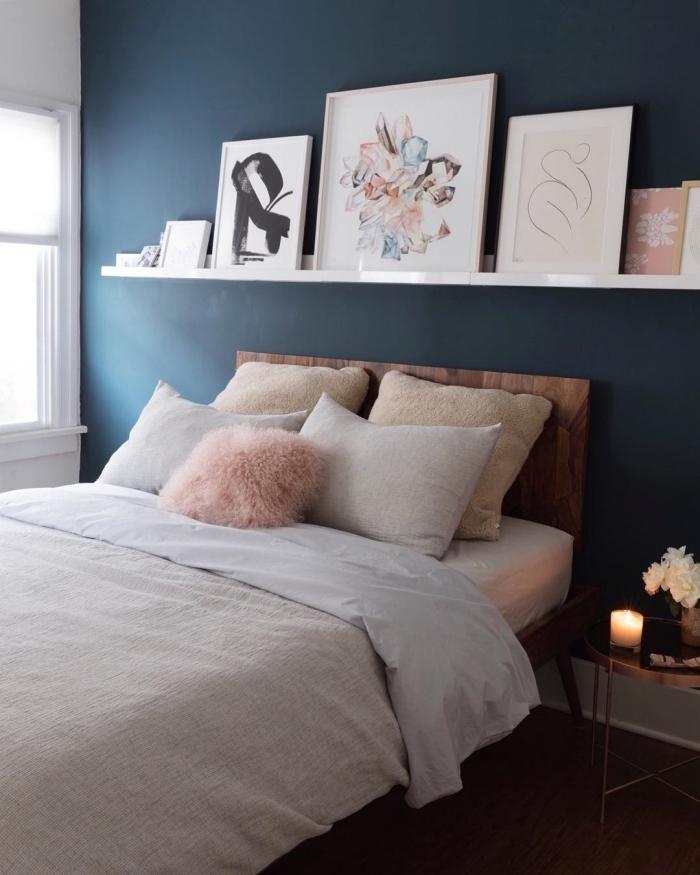 peinture murale bleu foncé rangement mural étagère blanche décoration chambre à coucher adulte photos