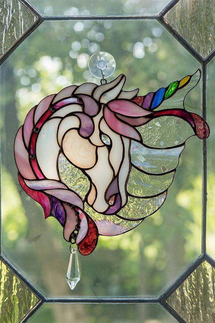 peinture sur miroir un licorne avec de la criniere multicolore