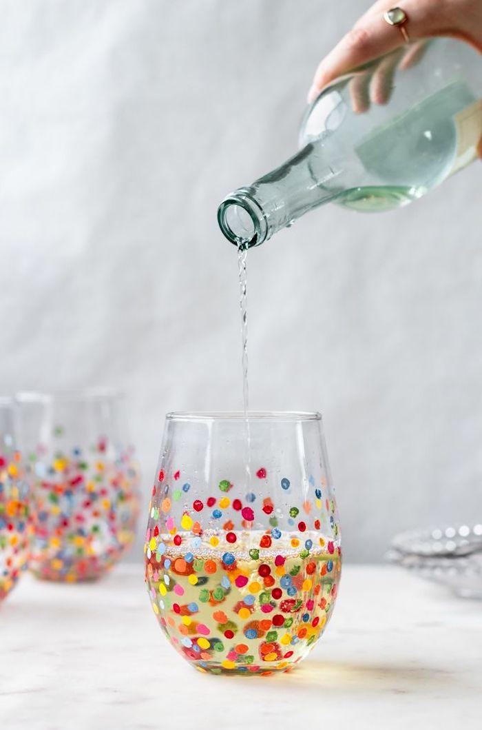 peinture sur vitre une bouteille qui verse de l eau dans un verre dessine fait main
