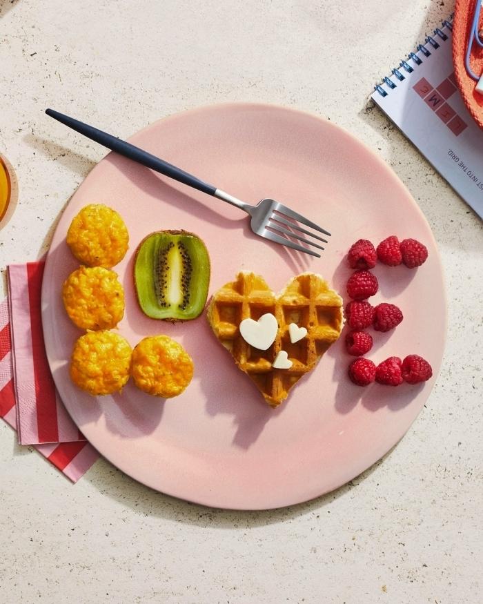 petit déjeuner équilibré assiette ronde rose pastel nourriture en forme de lettre amour fruits