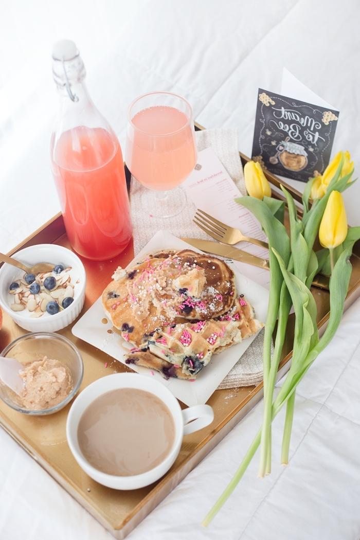 petit déjeuner au lit plateau bois tasse de café gaufres sains bouquet tulipes jaunes
