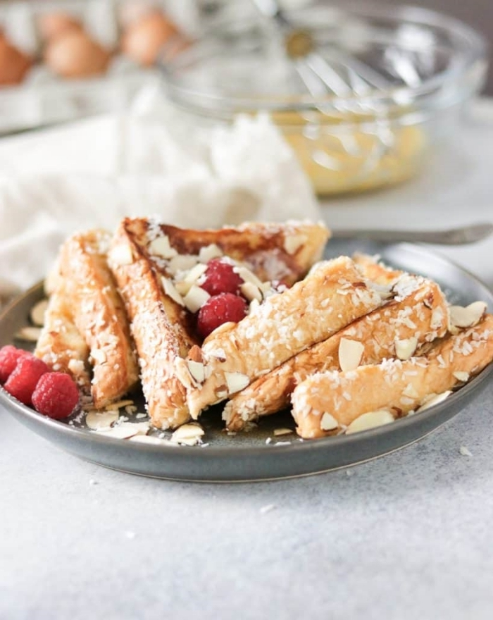 petit déjeuner image amandes effilées tranches de pain vanille noix de coco fruits rouges