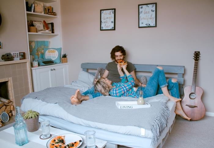 petit déjeuner romantique dans lit guitare chambre couples tête de lit palette cadre photo petit-déjeuner romantique