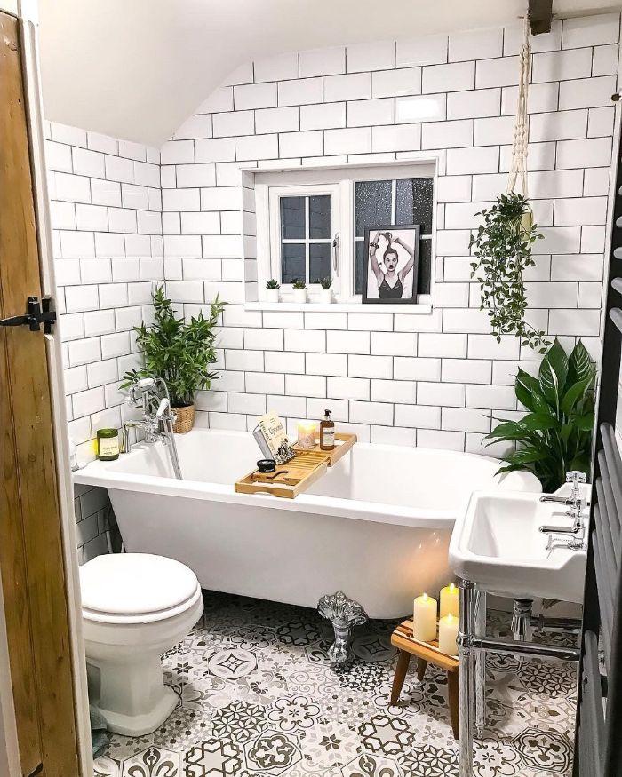 petite salle de bain blanche avec sol carreaux de ciment blancs et murs carrelage métro blanc plantes vertes d intérieur