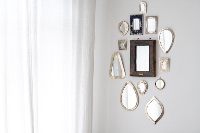 petits miroirs poses sur les murs dans votre appartement