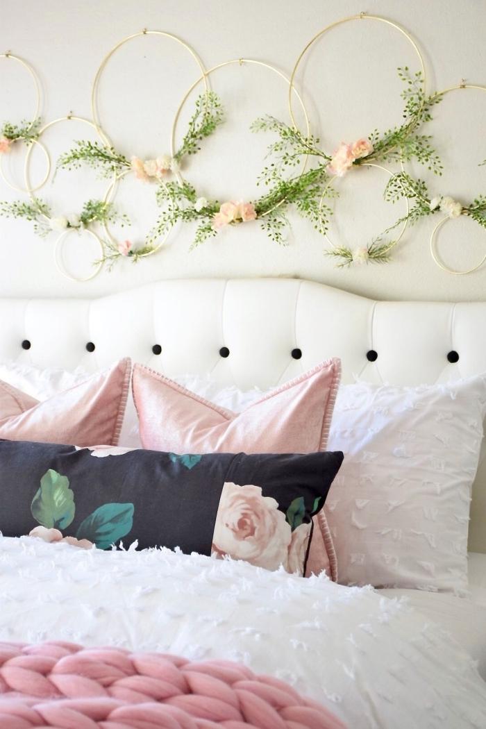 plaid grosse maille rose tete de lit fait maison coussin motifs floraux déco murale cercles or fleurs