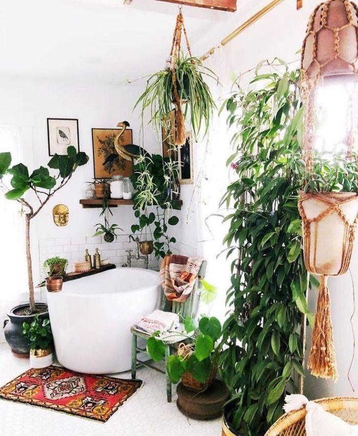 plantes vertes de salle de bain petite baignoire ovale plantes suspendus pots macramé carrelage blanc