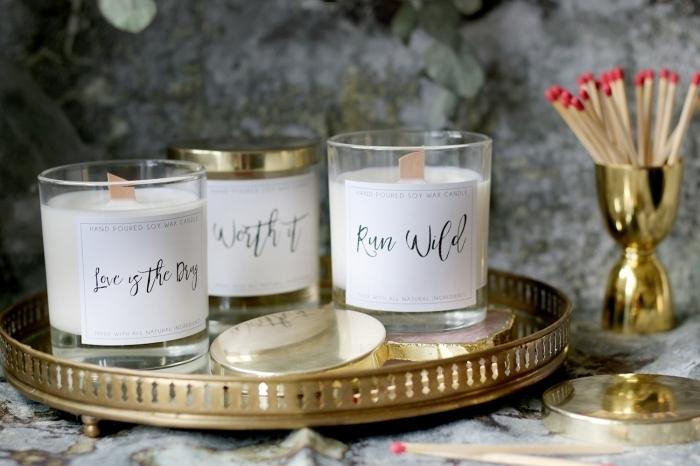 plateau doré contenant verre étiquette diy bougie fait main cire végétale matériaux fabrication bougie