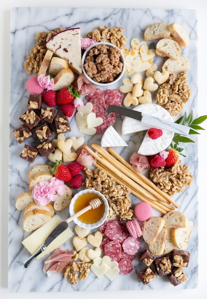 plateau fromages pain idee repas saint valentin fruits fraises couteau marbre pétales roses