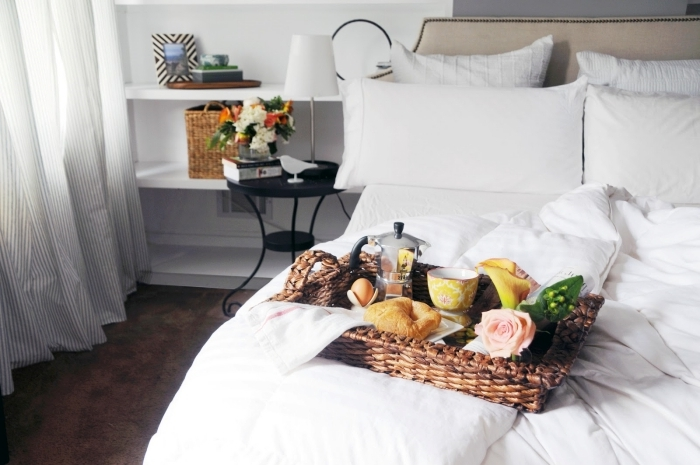 plateau tressé tasse belles images petit déjeuner lampe de chevet blanc et métal rose pétales