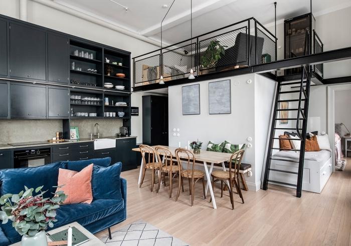 plateforme mezzanine metal semi ouverte escalier moderne cuisine noire canapé velours bleu foncé