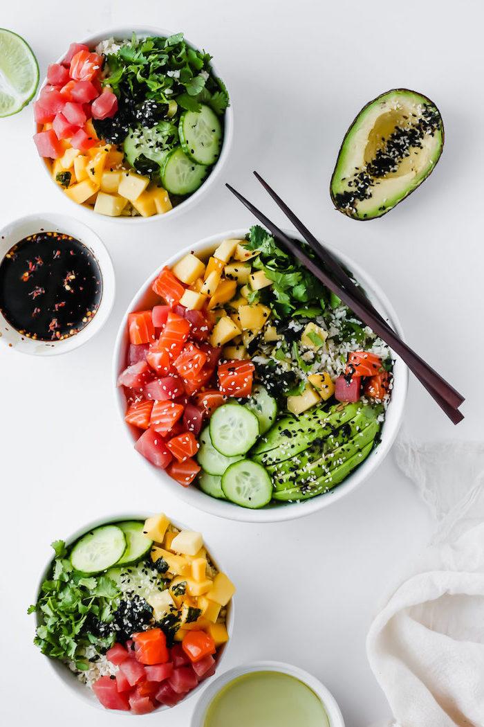 poke bowl saumon avocat avec mangue sésames coriandre et riz de chou fleur