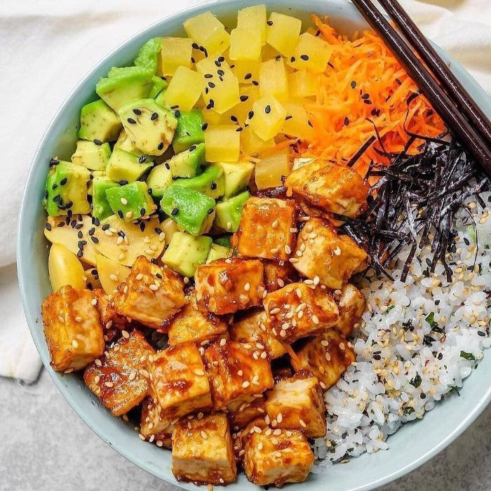poke bowl vegetarien à base de tofu mariné riz au sésame mangue carrote rapée mangue dans un bol