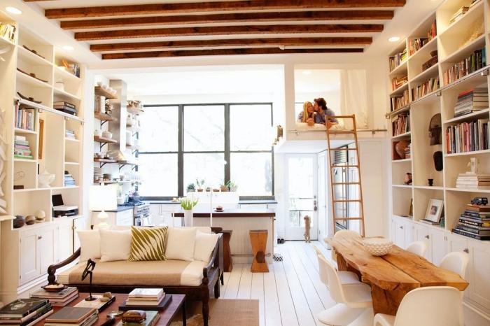 poutres apparentes plafond bois et blanc chambre mezzanine rangement mural bibliothèque mezzanine lit adultes