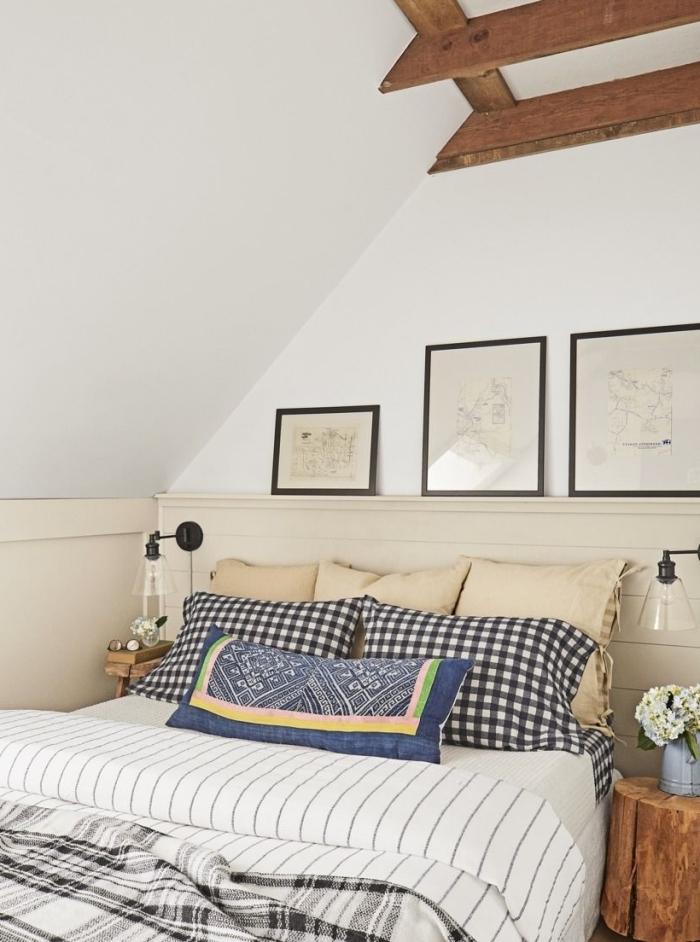 poutres plafond bois apparentes idee deco murale chambre sous combles cadres photos noirs