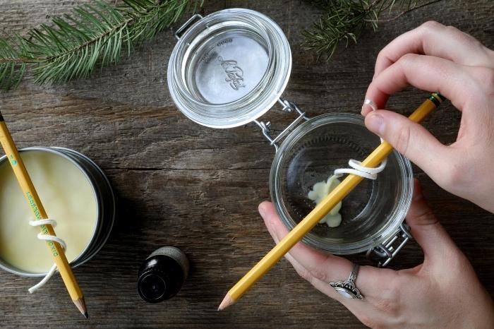préparation bougie facile surface bois contenant pot avec couvercle comment faire des bougies