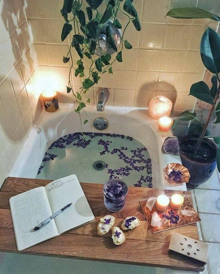 preindre un bain de lavande avec eau de lavande cristaux plantes vertes inspiration salle de bain cocooning