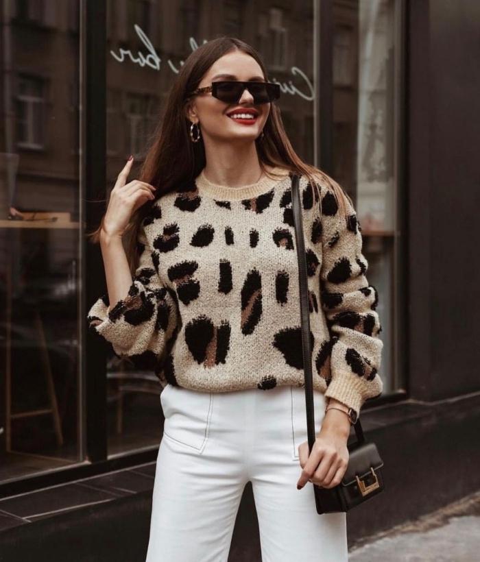 pull leopard mode femme casual chic pantalon blanc lunettes de soleil noire bijoux créoles