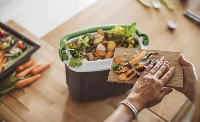 que faire avec du marc de café et le compostage des déchets des legumes sur une table en bois