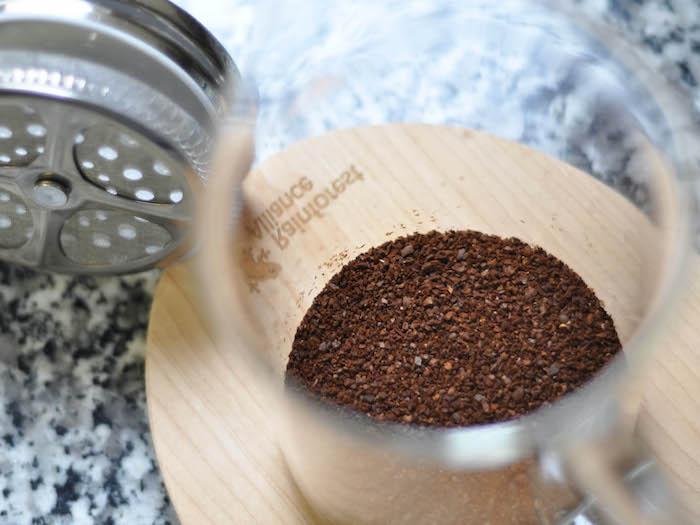 que faire avec du marc de café une tasse en verre sur une surface en marbre