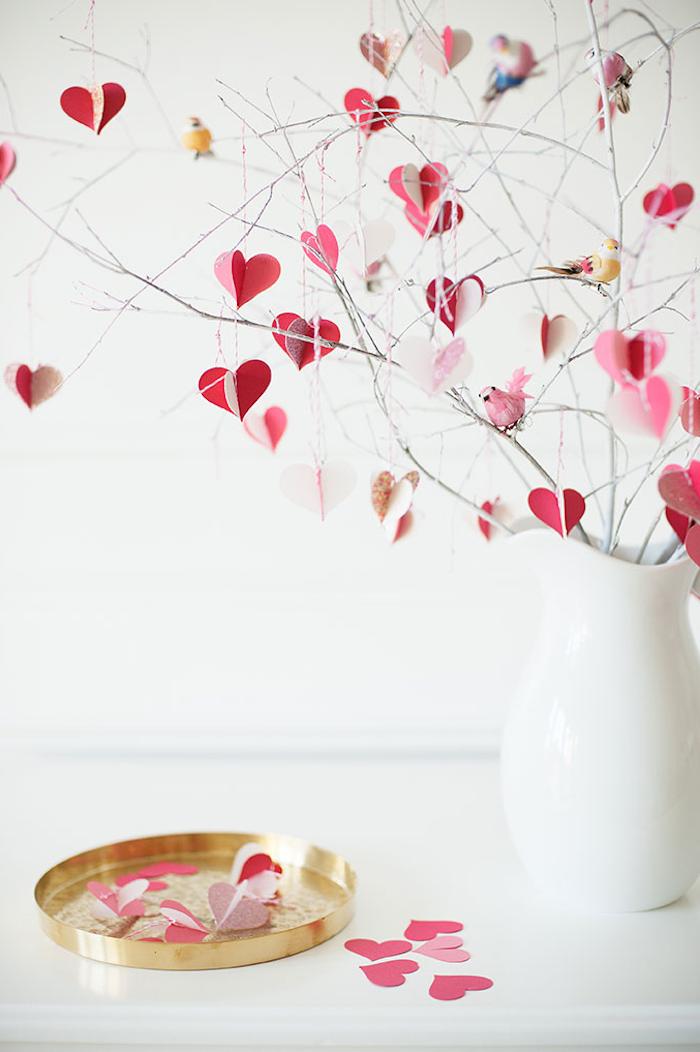 quoi faire pour saint valentin un décoration des branches et des coeurs en papier dans une vase blanche.jpg