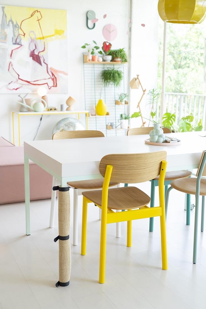 rangement mural ouvert décoration intérieure mix and match chaise colorée salle à manger plantes vertes