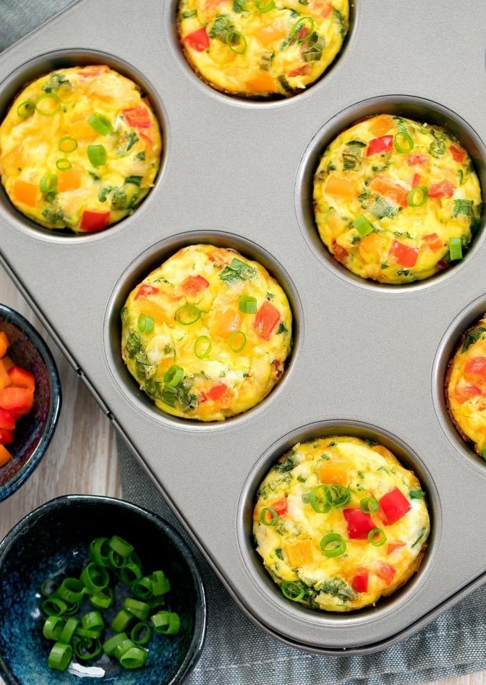 recette muffins salés omelettes oeufs cupcake petit déjeuner en amoureux oignon vert tomates