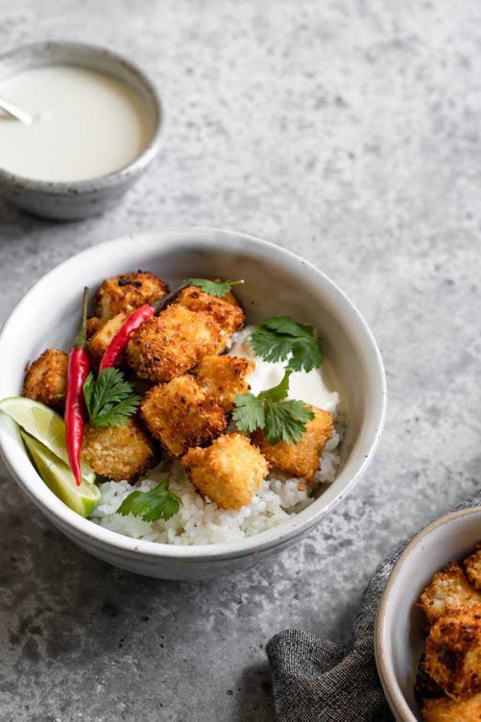 recette poke bowl healthy à bas de tofu grillé au coco du riz et yaourt grec et persil recette repas du soir léger